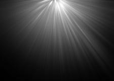 Abstrakta härliga strålar av ljus på svart bakgrund Royaltyfria Bilder