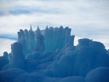 Abstrakta isskulpturer mot en delvist molnig himmel arkivbild