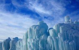 Abstrakta isskulpturer mot en delvist molnig himmel fotografering för bildbyråer
