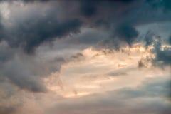 Abstrakta mörka och stormiga moln för bakgrund, i skymning Arkivbild