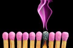 Abstrakta matchsticks med magentafärgad rök Arkivfoton