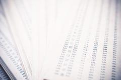 Abstrakta nummer skrivev ut på gammalt makroskott för brunt papper Arkivbild