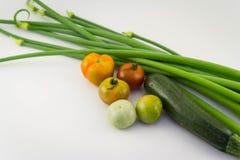 Abstrakta nya organiska grönsaker med på vit matbackgroun Arkivfoton