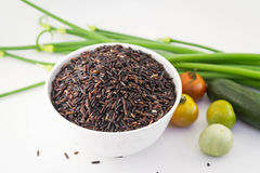 Abstrakta nya organiska grönsaker med ris på vit Matbaksida Arkivfoto