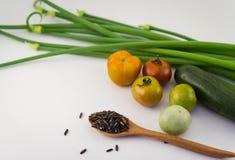 Abstrakta nya organiska grönsaker med ris på vit Matbaksida Arkivbilder