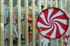 Abstrakta nytt års dekor i lagret En stor cirkel med en röd och vit spiral modell, julbollar och en snöflingahängning arkivfoton