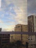 Abstrakta reflexioner: Himmel med förvridna stadsbyggnader royaltyfria foton