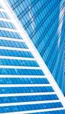 Abstrakta skyskrapor med reflexion i blå himmel för fönster, vitmoln och sol att glo Fotografering för Bildbyråer