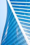 Abstrakta skyskrapor med reflexion i blå himmel för fönster, vitmoln och sol att glo Arkivfoton