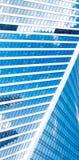 Abstrakta skyskrapor med reflexion i blå himmel för fönster, vitmoln och sol att glo Royaltyfri Fotografi