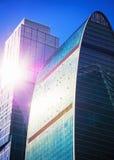 Abstrakta skyskrapor med solilsken blick Arkivbild