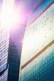 Abstrakta skyskrapor med solilsken blick Royaltyfria Foton