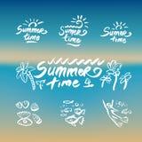 Abstrakta strandvågor planlägger på temat av sommar gläder begreppsorganisation av strandpartier och vektorlogodesignen vektor illustrationer
