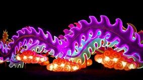 Abstrakta Swirly svansar ultra Violet Lights i mörker royaltyfri bild