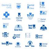 Abstrakta symboler för tand- klinik Ställ in logoen med blå bokstäver med mänskliga tänder och tand- hygien på en vit bakgrund stock illustrationer