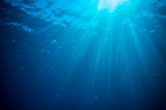 Abstrakta undervattens- platssolstrålar och luftbubblor Royaltyfri Foto