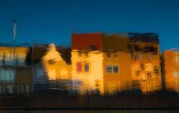Abstrakta vattenreflexioner med kulör husbakgrund Royaltyfria Foton
