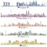 Abstrakta vektorillustrationer av Singapore, Kuala Lumpur, Bangkok, Jakarta och Manila horisonter med översikter och flaggor av c vektor illustrationer