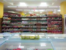 abstrakta zamazany obraz Towary na półce sklep spożywczy Różnorodny ketchup, kumberlandy i podprawy, zdjęcie stock