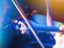 Abstrakta zamazany wizerunek Aktor skrzypaczka bawić się skrzypiec sznurki Muzyk bawić się instrument muzycznego na koncertowej s Zdjęcia Stock