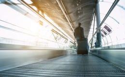 Abstraktbeeld van mensen in snelheid op een skywalk Stock Foto's