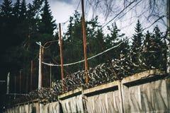 Abstrakte Abbildung des Stacheldrahts Stacheldraht auf Zaun mit dem blauen Himmel, zum sorgend zu glauben Lizenzfreies Stockfoto