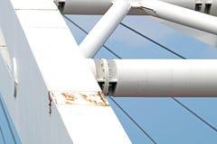 Abstrakte Ansicht der Brückenunterstützung gegen einen blauen Himmel Stockfotos