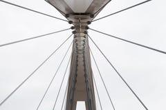 Abstrakte Ansicht der Brückenunterstützung gegen einen blauen Himmel Lizenzfreies Stockbild