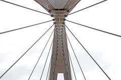 Abstrakte Ansicht der Brückenunterstützung gegen einen blauen Himmel Stockbild