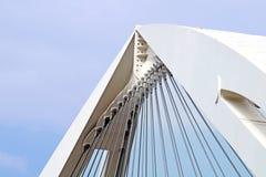 Abstrakte Ansicht der Brückenunterstützung gegen einen blauen Himmel Lizenzfreie Stockfotos