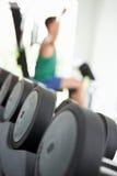 Abstrakte Ansicht des Mann-Trainings mit Gewichten in der Turnhalle Lizenzfreie Stockbilder