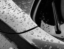 Abstrakte Ansicht einer deutschen gemachten Sportautokarosserie, gesehen nach einem Regenschauer stockfotografie
