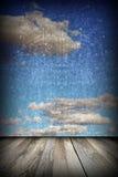 Abstrakte Ansicht zum Himmel von der Terrasse Stockbild
