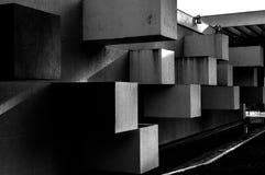 Abstrakte Architektur gemacht vom Beton mit den quadratischen Blöcken, die aus der Wand heraus haften lizenzfreies stockfoto