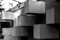Abstrakte Architektur gemacht vom Beton mit den quadratischen Blöcken, die aus der Wand heraus haften stockbilder