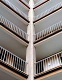 Abstrakte Aufnahme der äußeren Eingänge eines alten hässlichen hohen Gebäudes mit vielen Wohnungen für Studenten und Leute mit Lizenzfreie Stockfotos