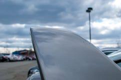 Abstrakte Autoflosse mit Hintergrund des bewölkten Himmels Stockfotos
