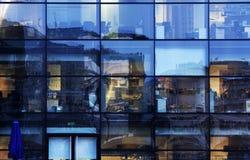 Abstrakte Bürofensterreflexionen Stockfoto