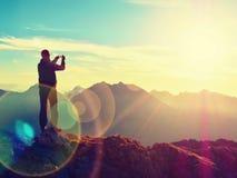Abstrakte Beleuchtungshintergründe für Ihr Design Wanderer macht selfie Foto Tourist an der Spitze Lizenzfreie Stockfotos