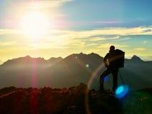Abstrakte Beleuchtungshintergründe für Ihr Design Wanderer macht selfie Foto Tourist an der Spitze Stockfoto