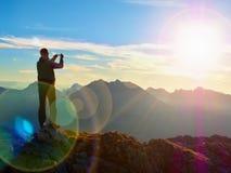 Abstrakte Beleuchtungshintergründe für Ihr Design Wanderer macht selfie Foto Tourist an der Spitze Lizenzfreies Stockbild