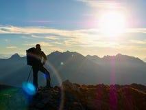 Abstrakte Beleuchtungshintergründe für Ihr Design Wanderer macht selfie Foto Tourist an der Spitze Lizenzfreie Stockfotografie