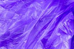 Abstrakte Beschaffenheit der purpurroten Zellophanabfalltasche Makronahaufnahmehintergrund stockbild