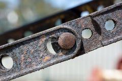 Abstrakte Beschaffenheiten und Formen: Altern-Metallpütting und -bolzen Stockfotografie