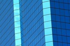 Abstrakte blaue Fenster des Gebäudes stockfotos