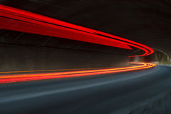 Abstrakte blaue, gelbe, rote und weiße Strahlen des Lichtes Stockfotos
