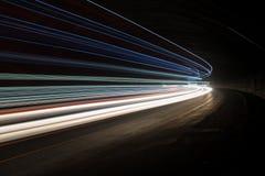 Abstrakte blaue, gelbe und weiße Strahlen des Lichtes stockbild