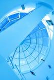 Abstrakte blaue geometrische Decke Stockfotografie
