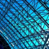 Abstrakte blaue geometrische Decke in der Büromitte Stockbild