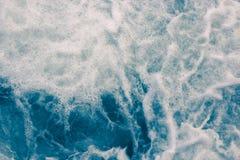 Abstrakte blaue Meereswellen mit dem weißen Schaum für Hintergrund, natürlich Lizenzfreie Stockfotografie